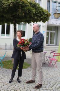 Tim Roll gratuliert Elisabeth Dasch zur Nominierung als Bürgermeisterkandidatin